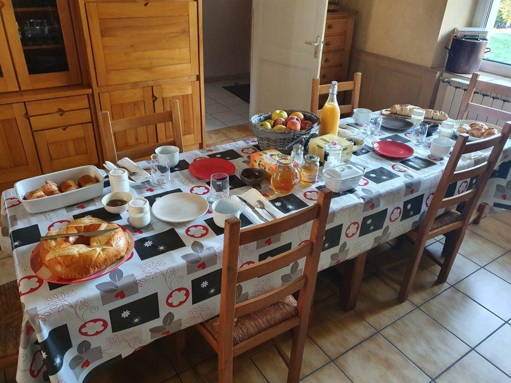 Petit déjeuner à la table d'hôtes